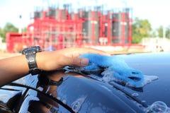 Close-up van een mensen schoonmakende auto Stock Foto