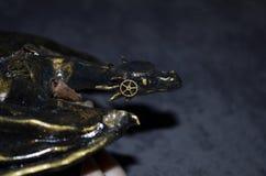 Close-up van een met de hand gemaakt beeldje van steampunkdraak royalty-vrije stock foto's