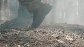 Close-up van een militair` s laars wordt geschoten die in het rokerige bos lopen dat stock video