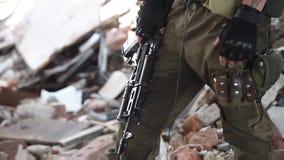 Close-up van een militair in tactische handschoenen met een aanvalsgeweer stock video