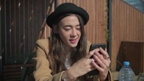 Close-up van een modern jong geitje met een smartphone stock videobeelden