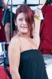 Close-up van een mooie dame op middelbare leeftijd met rood haar die deel van haar gezicht behandelen royalty-vrije stock fotografie