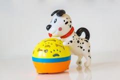 Close-up van een musical, kind ` s, plastic stuk speelgoed, puppy op aangestoken royalty-vrije stock fotografie
