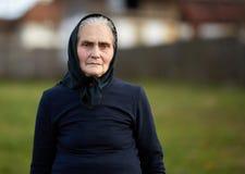 Close-up van een oude vrouw openlucht royalty-vrije stock afbeeldingen