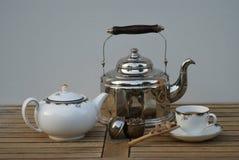 Close-up van een oude waterketel met theepot, theekopje, thee infuser en suikergoed royalty-vrije stock fotografie
