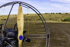 Close-up van een propeller met een motor-glijscherm motor tegen de achtergrond van een gebied stock foto's