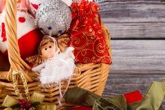 Close-up van een rieten mand met Kerstmisdecor Stock Foto's