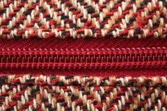 Close-up van een ritssluiting in midden van het wollen materiaal van de patroontextuur Stock Foto