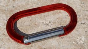 Close-up van een Rode Carabiner die op Rots rusten Royalty-vrije Stock Foto