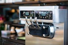 Close-up van een roomijsmachine Stock Foto's