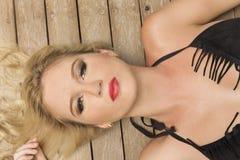 Close-up van een schoonheid die in zwarte bikini haar gezicht concentreren stock fotografie