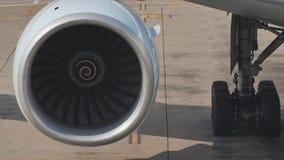 Close-up van een slow-moving vliegtuigenmotor in het parkeerterrein stock video
