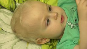 Close-up van een Speelse Pasgeboren Baby die Handen slaan 4K UltraHD, UHD stock video