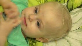 Close-up van een Speelse Pasgeboren Baby die Handen slaan 4K UltraHD, UHD stock videobeelden