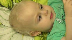 Close-up van een Speelse Pasgeboren Baby die Handen slaan 4K UltraHD, UHD stock video