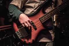 Close-up van een speler van de basgitaarmuziek royalty-vrije stock foto