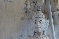 Close-up van een standbeeld van Boedha onder een paraplu, Boeddhisme een geestelijke achtergrond stock foto's