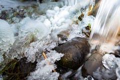 Close-up van een stroom en een waterval in de winter Stock Foto's