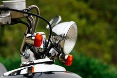 Close-up van een stuurwiel en koplampen van een uitstekende autoped royalty-vrije stock fotografie
