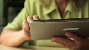 Close-up van een tabletcomputer in vrouwenhanden stock video