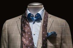 Tan knoopte het Geruite Jasje, Blauw Overhemd, Bruine Band & Wintertaling Handke los royalty-vrije stock foto's