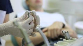 Close-up van een tandenbehandeling bij de tandheelkunde stock footage