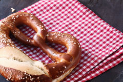 Close-up van een traditionele eigengemaakte Duitse pretzel stock foto's