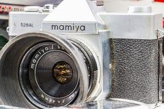 Close-up van een tweede handcamera Mamiya 528 AL voor verkoop bij de Zondagvlooienmarkt wordt blootgesteld in Dimitrovgrad, Bulga stock foto