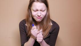 Close-up van een uitgeputte jonge vrouw die of voor haar examen werken voorbereidingen treffen stock footage