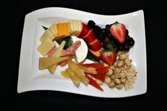 Close-up van een vertoning van geassorteerde verse en droge vruchten, kazen, bessen en noten royalty-vrije stock fotografie
