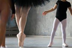 Close-up van een volwassen mooie ballerina stock afbeelding