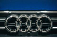 Close-up van een voorteken of een embleem op nieuw Audi A5 g-Tron stock foto