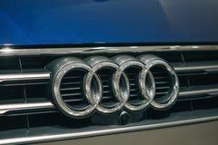 Close-up van een voorteken of een embleem op nieuw Audi A5 g-Tron royalty-vrije stock afbeelding
