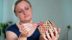 Close-up van een vrouw die een gift houden stock video
