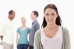 Close-up van een vrouw die met vrienden glimlacht Royalty-vrije Stock Afbeeldingen