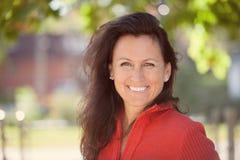 Close-up van een vrouw die op middelbare leeftijd buiten glimlachen stock fotografie