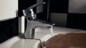 Close-up van een wasbak in de badkamers stock footage