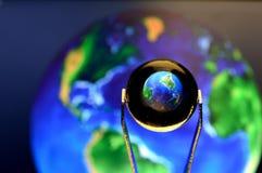 Close-up van een weinig Glasbal die op de aarde wijzen Royalty-vrije Stock Foto's
