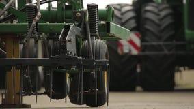 Close-up van een wiel van de maaimachine stock footage