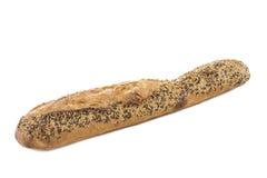 Close-up van een witte die baguette met verschillende zaden, zoals sesam en papaverzaden, op een wit wordt bedekt Stock Foto