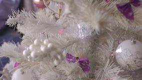 Close-up van een witte Kerstboom en een purper speelgoed stock footage
