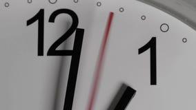 Close-up van een witte wijzerplaat die het overgaan van tijd voorstellen Ronde witte klok met zwarte Arabische cijfers stock footage