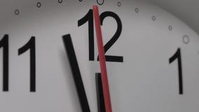 Close-up van een witte wijzerplaat die het overgaan van tijd voorstellen Ronde witte klok met zwarte Arabische cijfers stock video
