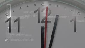 Close-up van een witte wijzerplaat die het overgaan van tijd voorstellen Ronde witte klok met zwarte Arabische cijfers stock videobeelden