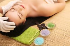 Close-up van een Young Woman Getting Spa Behandeling bij Schoonheidssalon De Massage van het kuuroordgezicht Gezichtsschoonheidsb Royalty-vrije Stock Afbeeldingen