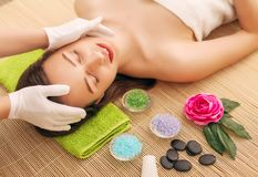 Close-up van een Young Woman Getting Spa Behandeling bij Schoonheidssalon De Massage van het kuuroordgezicht Gezichtsschoonheidsb Stock Foto's