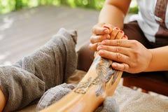 Close-up van een Young Woman Getting Spa Behandeling De zorg van de lichaamshuid Masseur die Voeten masseren Kuuroord Royalty-vrije Stock Afbeeldingen