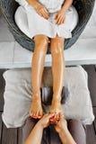 Close-up van een Young Woman Getting Spa Behandeling De zorg van de lichaamshuid Masseur die Voeten masseren Kuuroord stock foto's