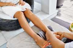 Close-up van een Young Woman Getting Spa Behandeling De zorg van de lichaamshuid Masseur die Voeten masseren Kuuroord royalty-vrije stock afbeelding