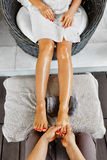 Close-up van een Young Woman Getting Spa Behandeling De zorg van de lichaamshuid Masseur die Voeten masseren Kuuroord - 7 royalty-vrije stock afbeelding
